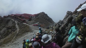 槍ヶ岳山荘付近へ、滑落者を搬送するヘリ