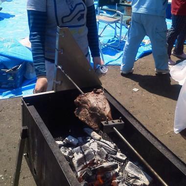 串焼きも面白いが、大きなブロックは肉が「空転」してしまうので大変!!
