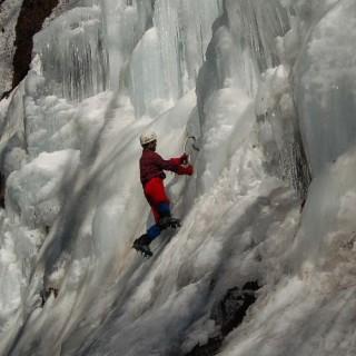 こちらのサイト(http://yamasanpo.blog106.fc2.com/blog-entry-127.html)での氷壁上りの写真、手にはダブルアックス、足にはもちろん重登山靴とアイゼン。