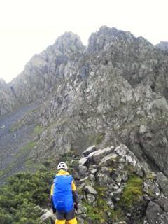 写真中央部に3人の登山者が見える(写真は降雨後)。