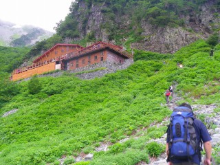 涸沢小屋は結構高所にある。