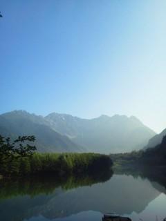 本当の登山はクーラーの中を歩くようなモノ(写真はタクシーなら止まってくれる、大正池のビューポイント)