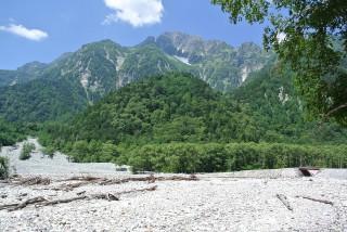 """前半の特徴は梓川沿いのフラットなルートを歩くという事、""""登らない""""山歩である。"""
