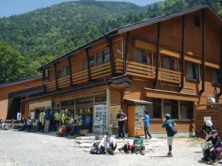 前半は一時間に一回茶店もあり快適な行程となる。(写真は横尾山荘)