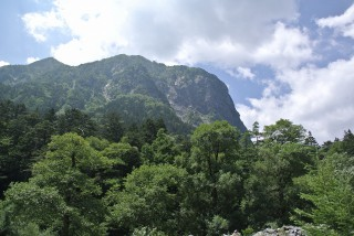 横尾山荘から橋を越えると、山道に入る、後半部の始まりだ。(写真は屏風岩を横尾(後半スタート地点)方向から眺めた図)