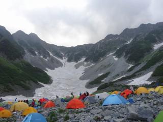 """涸沢到着、""""雪と岩""""そして高山植物の世界である。"""