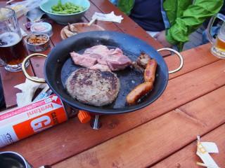 涸沢小屋にて。鍋が一枚とガスコンロがあれば鉄板焼き程度なら簡単に楽しめます。