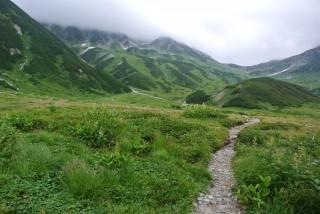 左側、雲の中で少し黒くなっているあたりが『立山連峰』の『雄山』がそびえています。