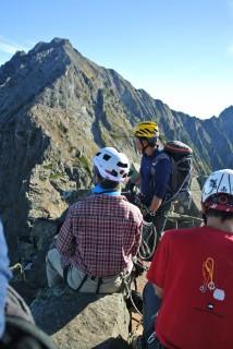 8:05 間ノ岳山頂、人間が縦に並んでやっとという細さ!!!