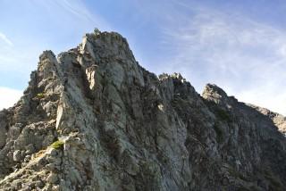 ・・・と、隙をみて逆層スラブの中間あたりから見返りで撮った、間ノ岳、角度が変わって山頂が細長いのがわかります。