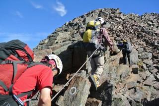 逆層スラブを一気に上がると、天狗岳の山頂も目の前になります。
