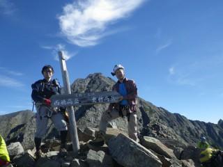9:10 天狗岳山頂『奥穂高←→西穂高』の看板は中間地点の天狗岳だけのものです。