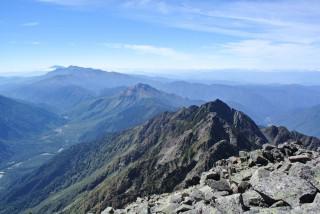 背中には超えてきた山、岩が一列に並びます。