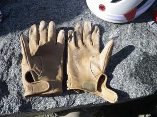 叔父の手袋、一日でボロボロに。