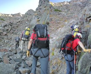 間ノ岳山頂までの道、岩に張り付いて「横ばい」するところも少しあります。