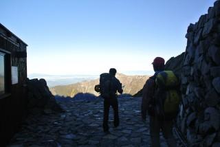 山荘の脇から下れる。笠ヶ岳、日本海も見えている。