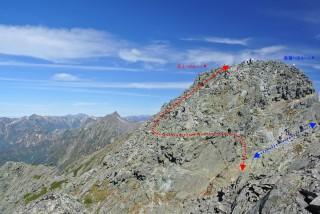 ちなみに、ジャンダルム、登山ルートと通過ルートは別です。左から回り込んで頂上へ行って、一度降りてから右手の道で億歩のほうへと抜けます、抜けるあたりはかなり危険です。