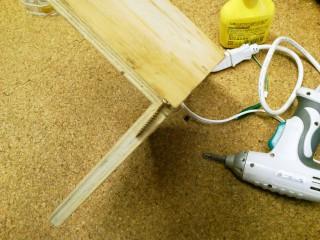 木工用のネジは最後の部分に「ネジ切り」が無いので、ある程度以上締め付けると『ネジの頭』と『下側の板』で『真ん中の板』は締め付けられる=板の角がキッチリ直角にカットされていれば、板の接合も直角になる。