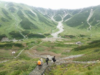 夏の「立山CIRCUS」の様子、奥に見えるのが雷鳥沢キャンプ場でその奥に見えるのが「大走り」付近の「涸れ沢」