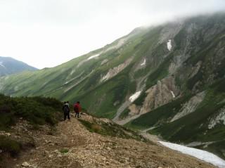 夏場(もう8月末)の『大走り』右にまだ見える『雪渓』付近が雪崩が起こった場所だ、夏の末まで雪が残る「雪の溜まり場」であることがわかる。