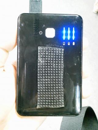 粘着シート(洗うと粘着力が回復するタイプ)を取り付けたバッテリー。