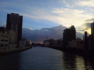 長堀通りの果ての橋から九条運河(?)を望む、向こうには大阪ドームがあるはず!!w