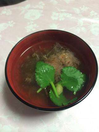 日本伝統の「とろろ昆布に鰹節+醤油」に『お湯』を注すだけのおすいもの、これに卵を入れたら『玉吸い』という事になります、飲んだ後にラーメンを食べるよりヘルシーかつリーズナブル。