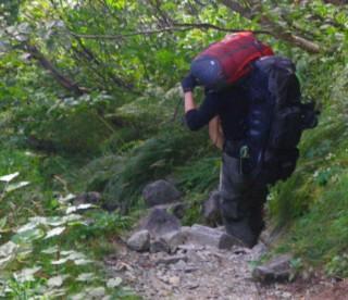 2011年 穂高からの下山中「少し足がおかしいのを」黙っていた人のザックを背負っている、この後下山自体が19時になり道迷いの危険まで・・・。