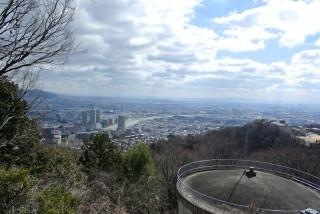 『塩尾寺の手前』塩尾寺まではおおむね車道を進みます。