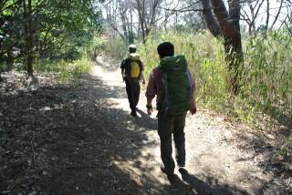 日当たりのよいハイキングコースが続く、但し最後の八幡谷は急峻危険(まあ登るわけではないですが)