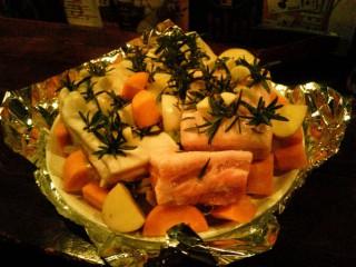 塩を擦り込んだ豚肉にナイフで穴を開けて、ローズマリーとニンニクを挿す。ホイル焼きなら挿さなくても香りはつくはず。