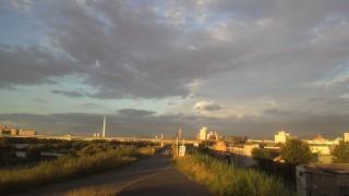 夕暮れの淀川を走る。