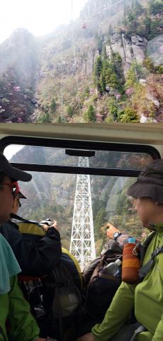 【涙を呑んで・・・】いやいや、乗らないときはやめとくほうが・・・写真の白い鉄塔は山のふもとからも見えるもの。