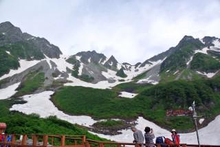 【同じくヒュッテより奥穂高】日本有数の高山が集中する「盆地」が涸沢だ。
