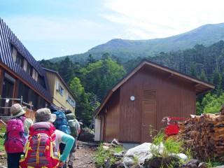 【オーレン小屋】到着時からすでに山々は見えている、正面にあるのが夏沢峠だ。