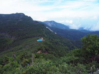 【硫黄岳から根石岳・天狗岳方向】見えている屋根は夏沢峠の小屋
