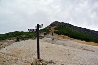 【下山の分岐点から硫黄岳】ここまでは木のない道