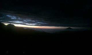【意外と明るい4時】明け方、雲と山々の間から光が覗いてきた。