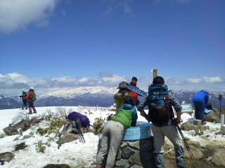【荒島岳】標高1500mくらいでもゴールデンウィークくらいだとまだまだ「雪の中」、山の冬は長い。
