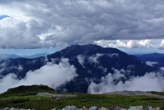 【雲の要塞】堂々とした姿を見せる仙丈ケ岳