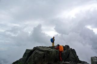 【無念】山頂を通過した。