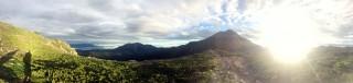 【朝の北岳】山荘も朝日の下に見える。