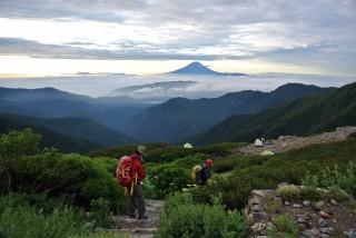 【夜明けの出撃】北岳山荘 テント場からの景色