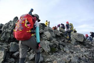 【間ノ岳山頂】頂上に立つ人たちの笑顔が全てを表現しています。