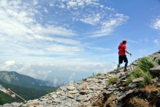 【山々の世界】山を眼下に歩きます。