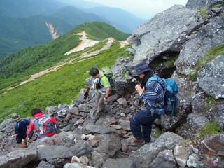 【岩場】山頂から逆へ降りる部分は5分ほどの岩場がある。