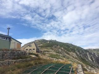 【宝剣山荘前から】秋の空と木曽駒ケ岳(中岳があるので見えない)、千畳敷をあがるとすぐの場所だ。