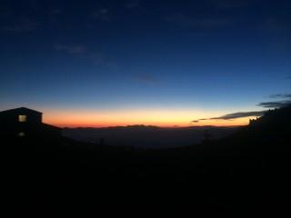 【夜と夜明けの境界】5時前には夜明けの光が広がり、その上にはまだ星がある。
