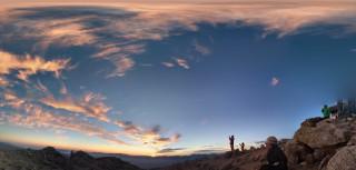 【ご来光寸前】雲が朝日を反射してすでに明るい。