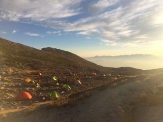 【木曽駒頂上山荘キャンプ場】行きには夜の趣だったが、すでに光に洗われている。